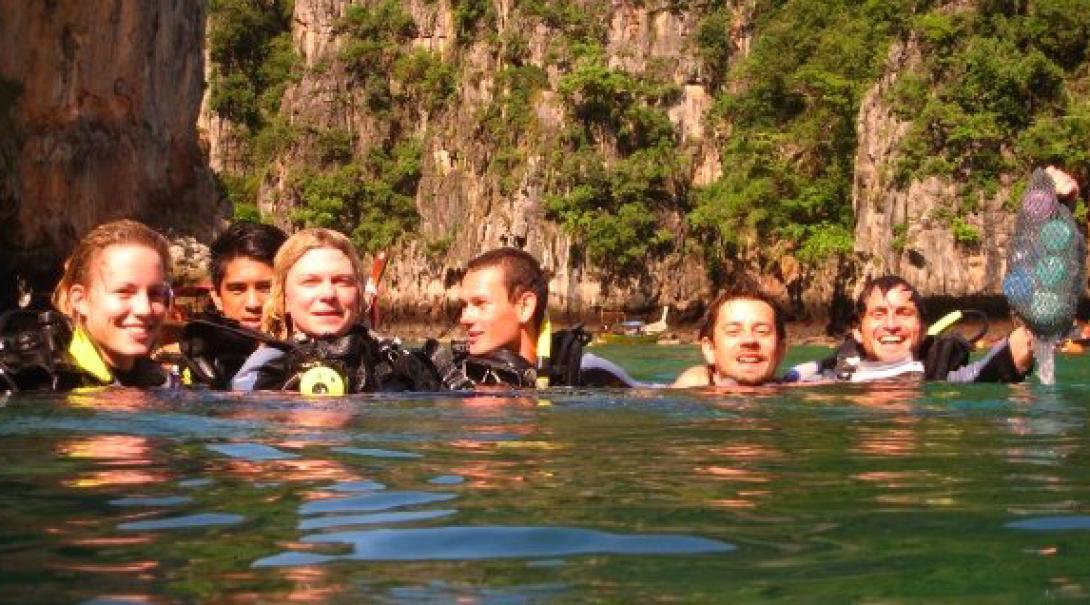 タイの海でダイビング調査に向かう高校生の海洋環境保護ボランティアたち